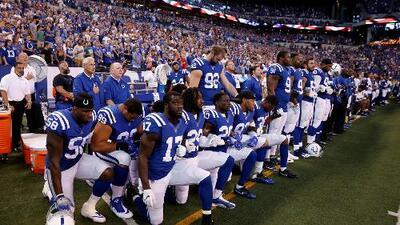 NFL prohíbe arrodillarse durante el himno nacional y Trump dice que quienes lo irrespeten no deberían estar en el país