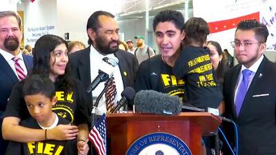 Father deported to El Salvador reunited with his two American born children