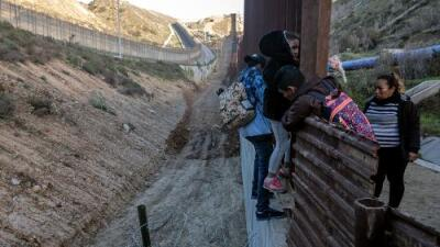 """El gobierno de Trump usa a niños migrantes como """"carnada"""" para arrestar a patrocinadores, según demanda"""