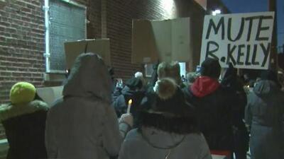 Decenas de mujeres se unen en una vigilia frente al estudio de R. Kelly, quien es acusado de abuso sexual