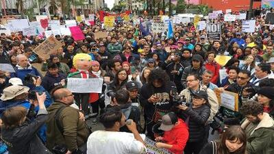 Miles de personas protestan en Los Ángeles por los operativos de ICE que separan familias migrantes