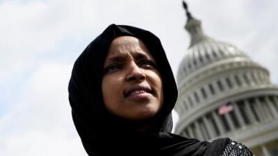 """La portada de un diario y un tuit de Trump: los mensajes que """"ponen en riesgo la vida"""" de la congresista Ilhan Omar"""