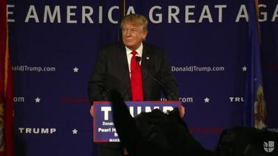 """Mujer interrumpe y grita """"racista"""" a Donald Trump durante discurso"""