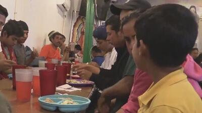 La fe que no muere: voluntarios de un albergue atienden a familias que esperan cruzar la frontera