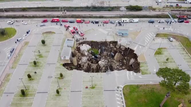 Casi se los traga el mundo: un gigante hoyo se abrió de repente cerca de un hospital y causó la evacuación de pacientes con coronavirus