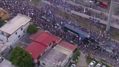 Aficionados del Monterrey desfilaron al lado del bus de su equipo hasta el BBVA Bancomer