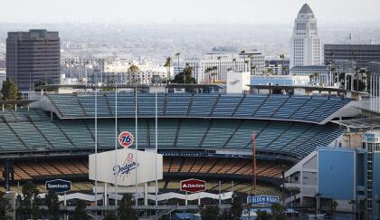 Los Dodgers de Los Ángeles estaban programados para jugar contra sus archi rivales, los Gigantes de San Francisco el 26 de marzo. Sin embargo, la temporada fue suspendida y el comisionado de Grandes Ligas de Béisbol, Rob Manfred, no es optimista que la liga jugará una temporada regular de 162 juegos debido a la crisis del coronavirus. <br>