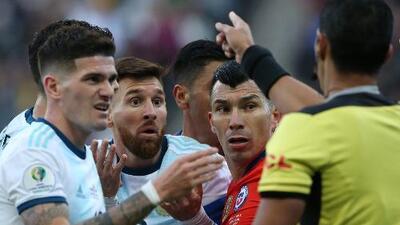 Messi, expulsado por pelearse con el 'Pitbull' Gary Medel
