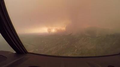 En video: Así se ve desde la cabina de uno de los aviones que combate los incendios en California