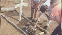 """""""Aquí nadie está haciendo nada"""": familia hispana en Goldsboro denuncia haber hallado presuntos huesos humanos"""