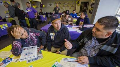 Más trabas, incertidumbre y temor: las barreras a las que se enfrentan los hispanos para inscribirse en Obamacare este año