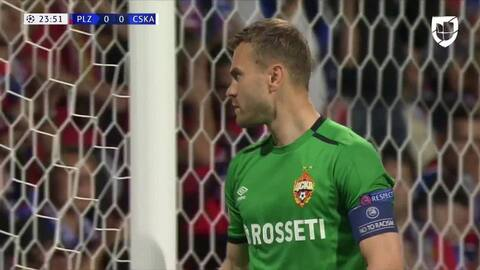 Kirill Nababkin despeja el balón y aleja el peligro