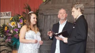 Joven con cáncer terminal cumple su deseo de casarse con su novia de la secundaria