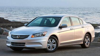 """<h3 class=""""cms-h3-H3"""">Mediano: Honda Accord 2010 -2012</h3> <br>El mediano de Honda se ha convertido en sinónimo de calidad y eficiencia después de más de cuatro décadas en el mercado estadounidense. El sedán de la octava generación (los Accord actuales pertenecen a la décima) es un auto muy elegante, que incluso muestra el 'Hofmeister kink' (que es como se conoce el quiebre en la linea al final de las ventanas laterales traseras inventado por el diseñador de BMW Wilhelm Hofmeister) típico de los BMW, con mucha naturalidad.  <br> <br>Ideal: para quien quiera  <b>proyectar seriedad</b>."""