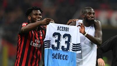 BURLONES: Jugadores del Milan exhibieron camiseta de la Lazio cual botín de guerra