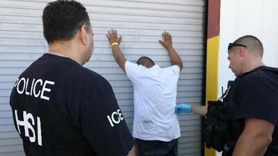 En un minuto: Redada de ICE en una fábrica de tráilers deja más de 150 arrestados en Texas