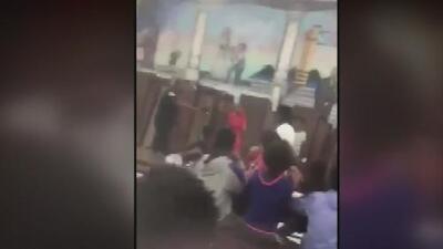 En video: Un oficial descarga su pistola eléctrica contra un estudiante de octavo grado en medio de una aparente riña