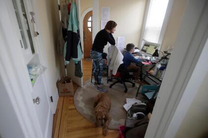 <b>La casa es una escuela.</b> Rebecca Biernat observa cómo su hijo Seamus, de 6 años, toma una clase en línea en su hogar, en San Francisco, California. En todo el mundo los padres asumieron nuevos roles a medida que la educación en el hogar se convirtió en la norma. <br>