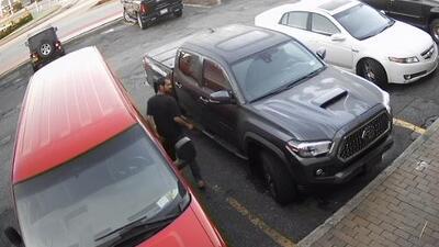 Hombre se roba un auto con una niña dentro y luego la deja en un estacionamiento a una milla de distancia
