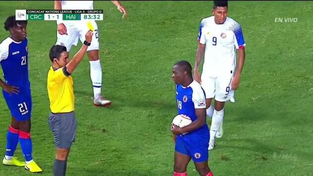 Tarjeta amarilla. El árbitro amonesta a Jonel Desire de Haiti