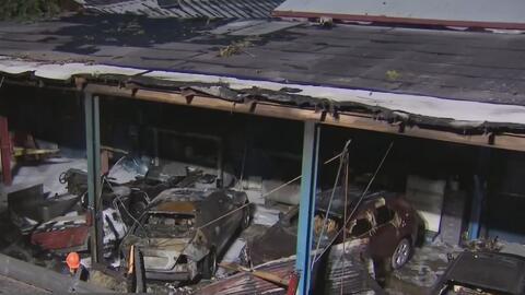 Investigan el fuerte incendio en un taller mecánico de Miami que destruyó el local y varios autos