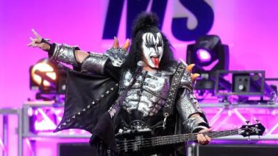 GENE SIMMONS SAYS BOB DYLAN DIDN'T EVEN PLAY BY HIS OWN RULES
