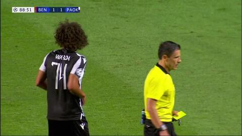 Tarjeta amarilla. El árbitro amonesta a Amr Warda de PAOK Salonika