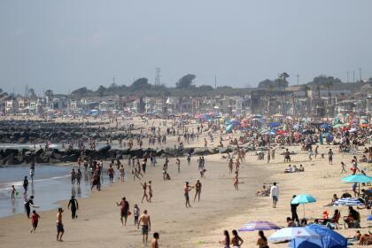 Coronavirus: Ignoran regla de distancia social y acuden en masa a esta playa de California 6