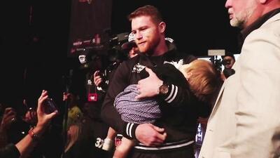 Con su bebé en brazos, 'Canelo' Álvarez muestra su faceta más tierna al responder quién es su mayor motivación