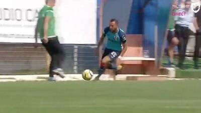 Nunca visto: este entrenador fue expulsado por derribar y quitarle el balón a un jugador en pleno partido