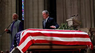 """""""Me enseñó actuar con amor para el país"""": George W. Bush recuerda a su difunto padre"""