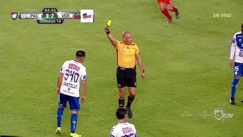 Tarjeta amarilla. El árbitro amonesta a Raúl Castillo de Pachuca