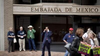 Empleados de consulados mexicanos en Estados Unidos van a la huelga el lunes