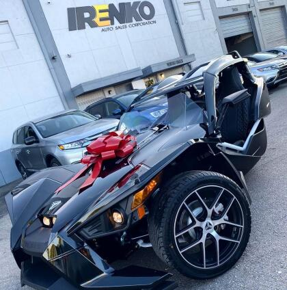 """<b>Polaris Slingshot</b> <br> <br>Como regalo de cumpleaños, la cantante colombiana Karol G, sorprendió a Anuel AA. """"Karol G me regaló el carro de Batman"""", dijo el cantante en un vídeo que compartió en su cuenta de Instagram. <br>"""