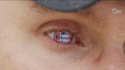 Ni un enorme tatuaje ni una playera: este hincha lleva al Bayern Múnich en su ojo derecho