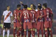 Peru's referee Victor Carillo, pointing, argues with Paraguay's Cerro Porteno Oscar Ruiz, center, during a Copa Libertadores soccer match against Argentina's River Plate in Buenos Aires, Argentina, Thursday, Aug. 22, 2019. (AP Photo/Gustavo Garello)