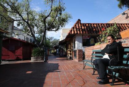 """Además, la pandemia del coronavirus ha agravado la situación. Sólo en Los Ángeles, más de 490 mil personas están en riesgo de ser desalojadas. De acuerdo con un <a href=""""https://www.univision.com/local/los-angeles-kmex/desalojos-en-los-angeles-pueden-causar-una-crisis-humanitaria-tras-la-pandemia"""">estudio de UCLA,</a> el 60% de la población en Los Ángeles paga renta."""