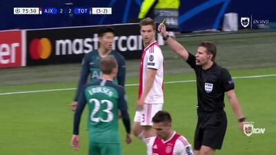 Tarjeta amarilla. El árbitro amonesta a Danny Rose de Tottenham Hotspur