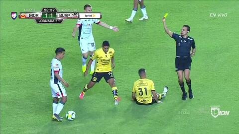 Tarjeta amarilla. El árbitro amonesta a Michaell Chirinos de Lobos BUAP