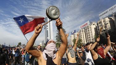 Las grietas del milagro chileno: qué hay detrás de la convulsión social en uno de los países que más crece en América