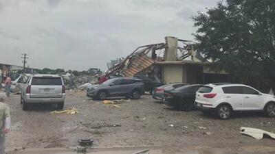 Reportan un posible tornado en el condado de Fayette, en Texas, que deja varios daños a casas y autos