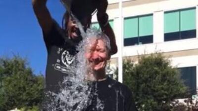 Tim Cook, el CEO de Apple, también se empapa por caridad