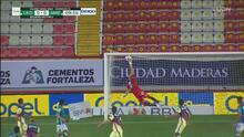 ¡Magnífica atajada! Óscar Jiménez evita un golazo de Fernando Navarro