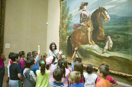 """<a href=""""https://www.amrevmuseum.org/"""" target=""""_blank"""">El Museo de la Revolución Americana</a> también esta participando con videos en su pagina web que podría ser un recurso muy educacional para tus hijos."""