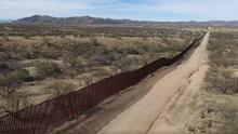 Inmigrantes intentan revivir a uno de sus compañeros de viaje en la frontera de Arizona