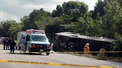 Al menos 11 adultos y un niño murieron tras el accidente de un autobús de turismo en México