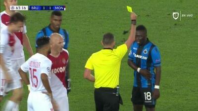Tarjeta amarilla. El árbitro amonesta a Marvelous Nakamba de Club Brugge