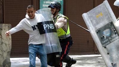 """""""¡Yo soy músico!"""": los gritos de un joven para evitar su arresto durante una protesta en Venezuela"""