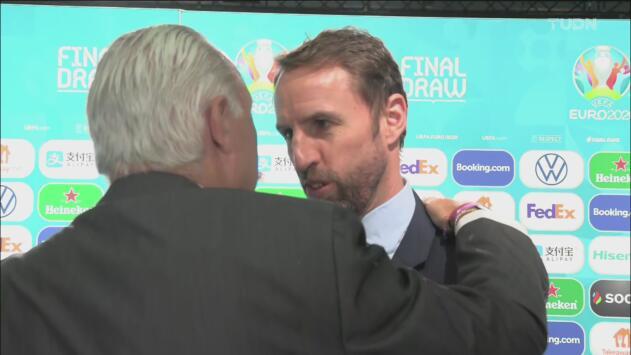 ¡Para enmarcar el abrazo de Stoichkov y Southgate después del sorteo de la Eurocopa 2020!