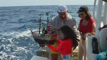 Una niña hispana en el sur de Florida pone en altamar un barco pirata de juguete que en 145 días llegará a Escocia